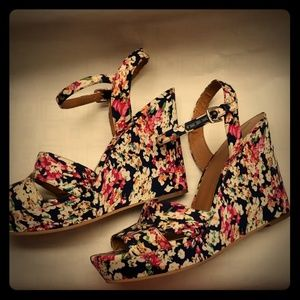 Flower print wedge sandal